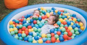 Deux enfants dans une piscine à balles