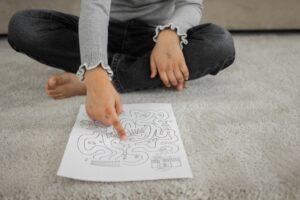 enfant pointe du doigt labyrinthe sur papier test psychométrique