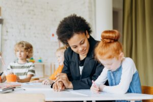 enseignante spécialisée accompagne enfant en difficultés dans le cadre du rased